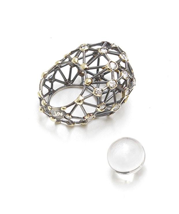 Espaço da Elisabetta Cipriani - Segmenti ring (2016), de Giorgio Vigna, 18 quilates de ouro e diamantes sustentados por estrutura de prata oxidada, peça única (Foto: Divulgação)