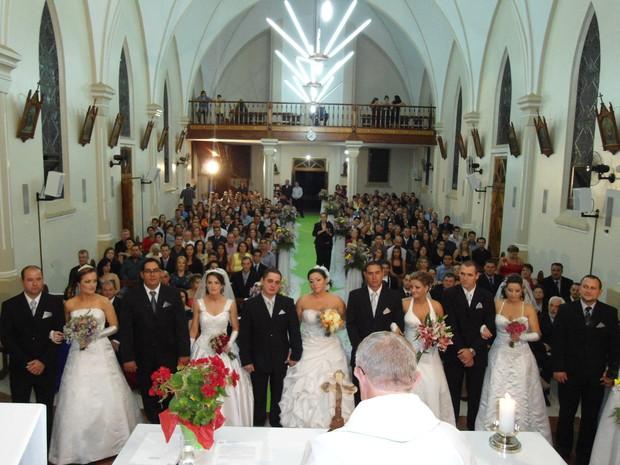 Casamento reuniu seis irmãos na noite de sábado em Não-Me-Toque (Foto: Fábio Lehmen/RBS TV)