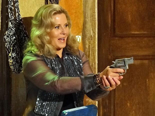 Irina pega uma arma para se proteger de Russo e Lívia (Foto: Salve Jorge/TV Globo)