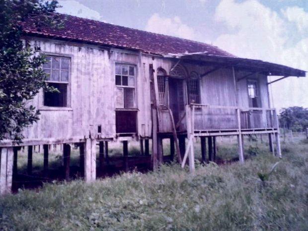 No mesmo local que navio naufragou existe um barracão também usado durante o Ciclo da Borracha  (Foto: Liberio Souza/Arquivo pessoal )