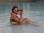 Adriane Galisteu dá selinho no filho e se diverte em resort