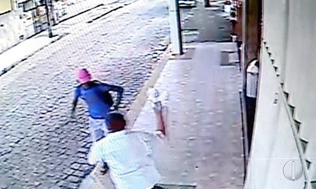 Idoso ataca o criminoso com um saco cheio de pães (Foto: Reprodução/Inter TV Cabugi)