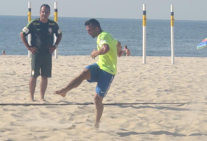 Bruno Xavier treina observado por Alexandre Soares (Foto: Fabio Leme)