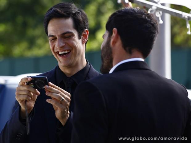 Félix se diverte com vídeo do casamento (Foto: Amor à Vida / TV Globo)