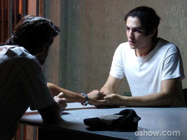 Emocionados, eles se dão as mãos (Foto: Malhação / TV Globo)