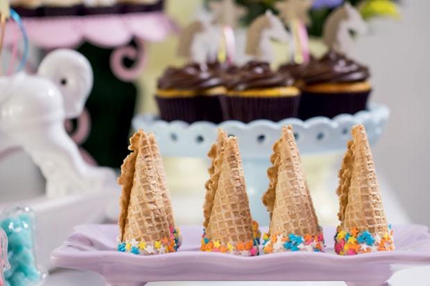 De ponta-cabeça | Casquinhas de sorvete recheadas com doce de leite fizeram referência ao chifre do unicórnio. Ótimo para fazer em casa. (Foto: Thais Galardi/GNT)