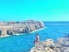 Thaila Ayala posa de biquíni em cenário paradisíaco
