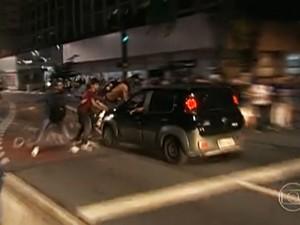 Carro avança contra manifestantes que bloqueavam a Avenida Paulista e atropela alguns deles (Foto: Reprodução/TV Globo)