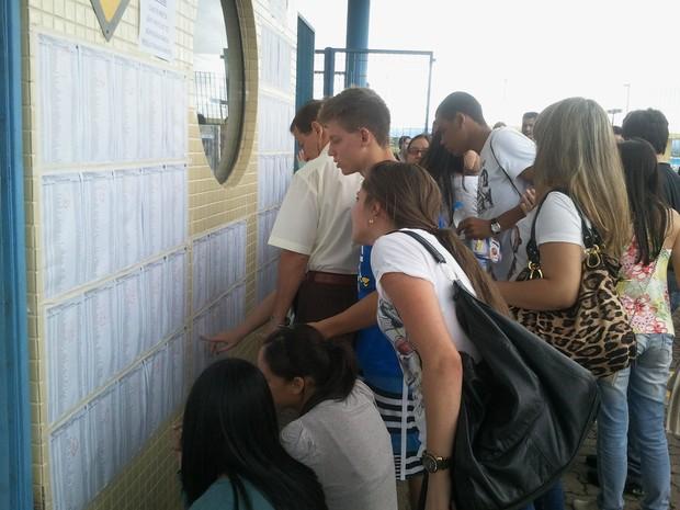 Estudantes consultam lista com número das salas fuvest (Foto: Natália de Oliveira / G1)