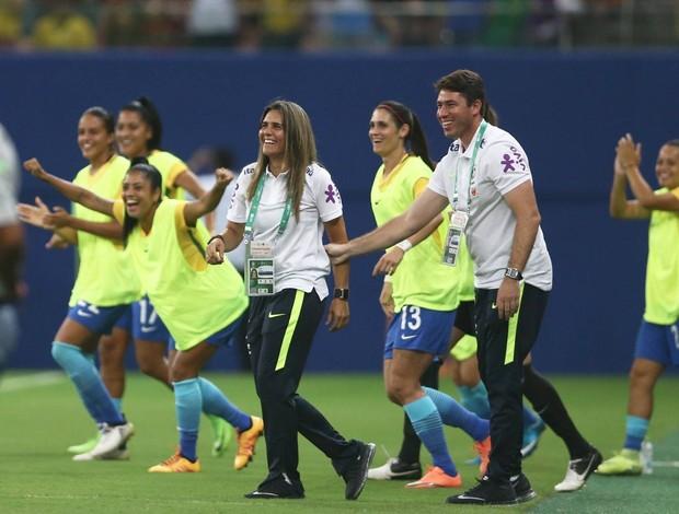 Emily sorri com gol da seleção brasileira