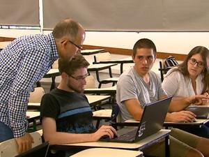 Estudantes da USP São Carlos ajudam a mapear áreas afetadas por terremoto (Foto: Reprodução/EPTV)