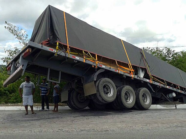 Carreta tomba na BR-101, perto de Igarassu, no Grande Recife (Foto: San Costa / TV Globo)