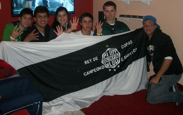 Torcida do Olimpia exibe bandeira do clube antes da final (Foto: Arquivo Pessoal)