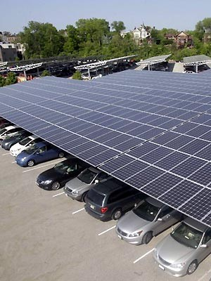 Painéis fotovoltaicos no estacionamento do zoológico de Cincinnati (Foto: Associated Press)