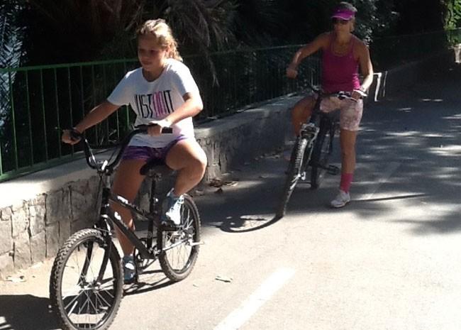 Mãe e filha tomam precauções ao andar de bicicleta no entorno da Lagoa (Foto: Janaína Carvalho / G1)