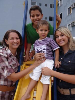 Taciana Gusmão, os filhos e o neto (Foto: Luna Markman / G1 PE)
