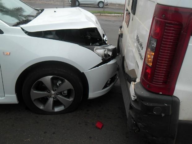 Criança bateu carro que havia roubado de concessionária de veículos (Foto: Valdomiro  Pereira/ RPC TV Noroeste)