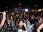 Famosos deixam camarote e curtem show de John Mayer na muvuca