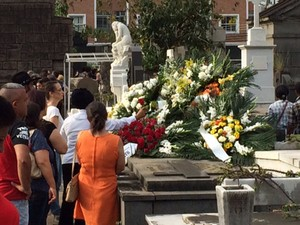 Fãs colocam flores no túmulo de Marília Pêra (Foto: Cristina Boeckel/G1)