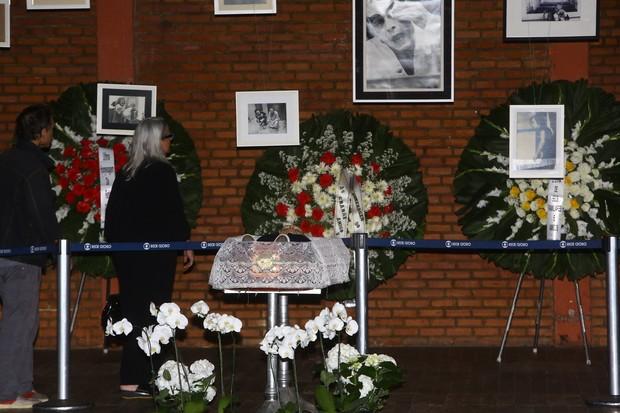 Vera Holtz se despede de José Wilker (Foto: Marcello Sá Barretto / AgNews)