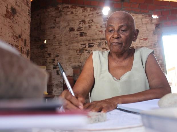 Focada nos estudos, Osmarina Duarte, 76 anos, se mostra otimista (Foto: Fernando Brito/G1)