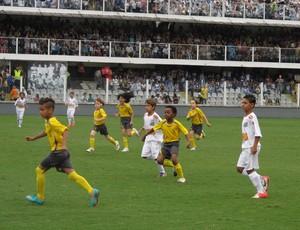 Atores mirins participaram de evento na Vila Belmiro (Foto: Juliana Vieira / GloboEsporte.com)