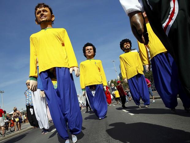 Bonecos gigantes de jogadores da seleção (Foto: Paul Hanna/Reuters)