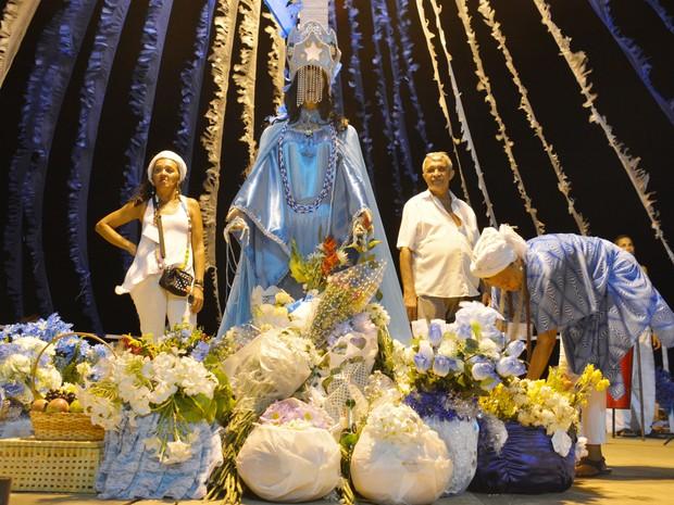 Flores e frutas foram oferecidas à rainha do mar. (Foto: Walter Paparazzo/G1)