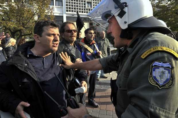 Manifestante enfrenta policial em Thessaloniki, norte da Grécia, nesta quinta-feira (15). (Foto: Reuters)