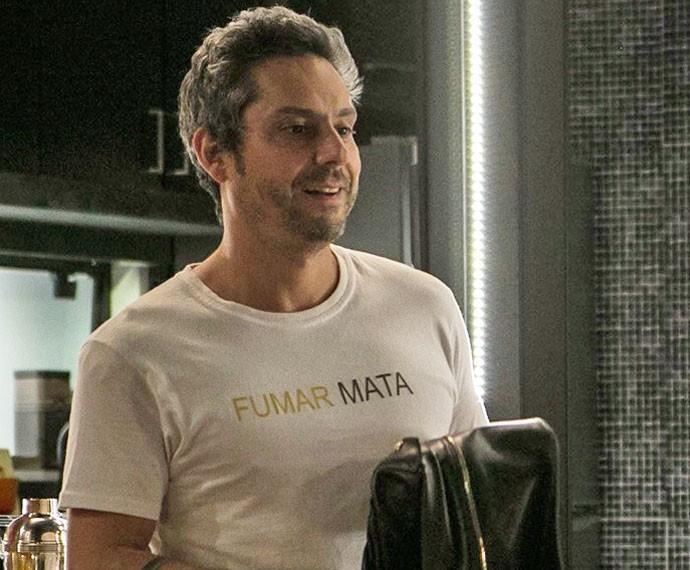 """Fumar mata"" estampa outra camisa de Romero (Foto: Fabiano Battaglin / Gshow)"