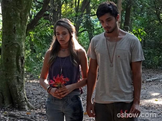 Marlon e Lili são levados até o local onde William foi supostamente enterrado (Foto: Além do Horizonte/TV Globo)