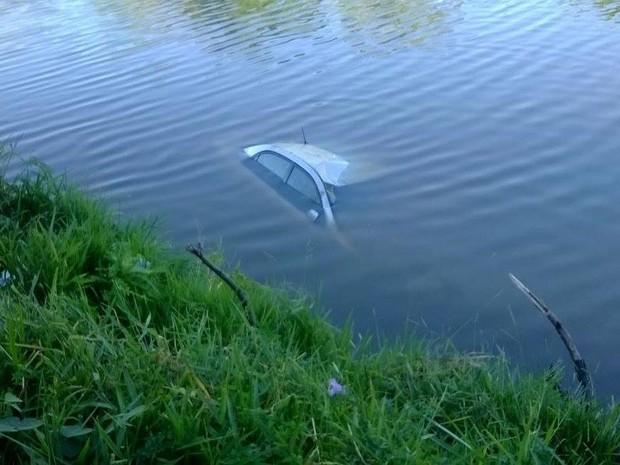 carro cai em rio durante perseguição da PM  em Divinópolis (Foto: Polícia Militar/Divulgação)
