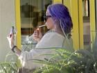 De cabelo lilás, Amanda Bynes faz selfie fumando
