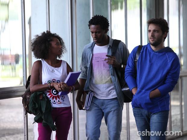 Amigos contam a Davi que professor faz brincadeiras racistas (Foto: Carol Caminha / TV Globo)
