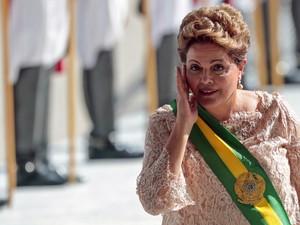 Dilma Rousseff toca o rosto ao subir a rampa do Palácio do Planalto, em Brasília, para a posse de seu 2º mandato (Foto: Wenderson Araújo/AFP)