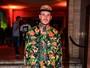 Mateus Verdelho usa look extravagante em festa em São Paulo