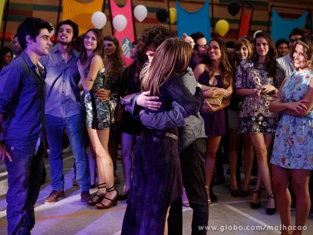 Lia e Dinho fazem as pazes (Foto: Malhação/TV Globo)