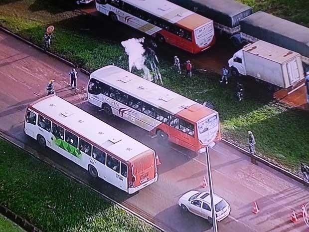 Ônibus que quebrou na BR-040, no DF (Foto: TV Globo/Reprodução)