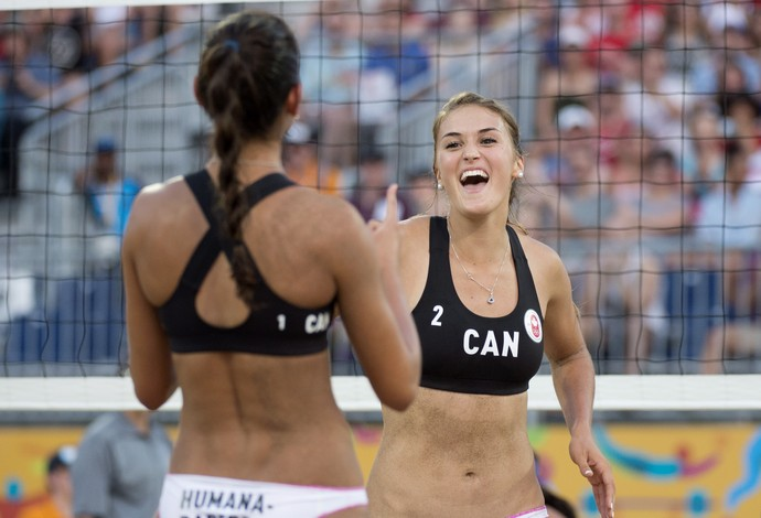 Taylor Pischke e Melissa Humana-Paredes, do vôlei de praia do Canadá (Foto: Darren Calabrese/The Canadian Press via AP)