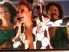 Com superdecote, Claudia Leitte quase mostra demais em trio