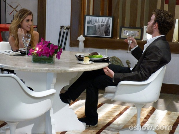 Sofia fica ba-ban-do por Sidney no jantar (Foto: Malhação / TV Globo)