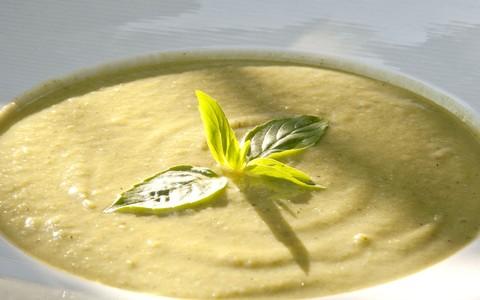Aprenda a fazer sopa de abobrinha com manjericão