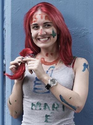 Caloura de estatística Camila Fontoura, de 18 anos, doou parte do cabelo cortado para ONG que ajuda crianças com câncer (Foto: Caio Kenji/G1)