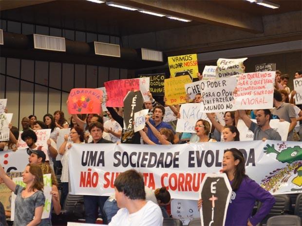 Protesto apelidado de Panelaço protesta contra aumento salarial na Câmara de Ribeirão Preto. (Foto: Leandro Mata/G1)