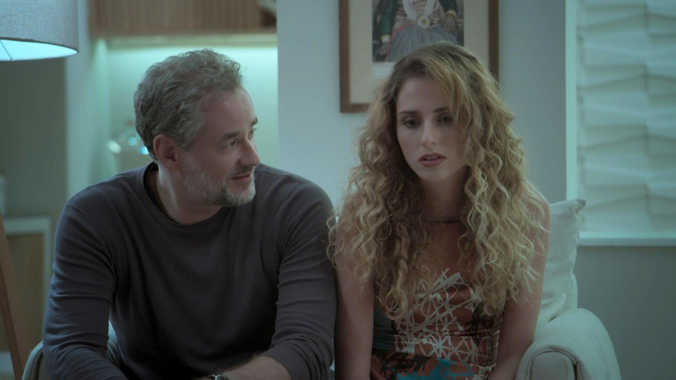 Ivana não se sente ela mesma (Foto: TV Globo)