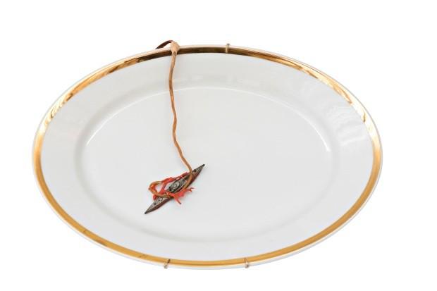 Emergindo, prato de porcelana e barco de metal, 46 x 31 cm, R$ 1.200 (Foto: Deco Cury / Editora Globo)