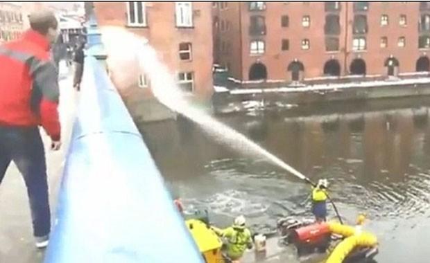 Com resposta, bombeiro lançou jato de água contra os jovens (Foto: Reprodução)