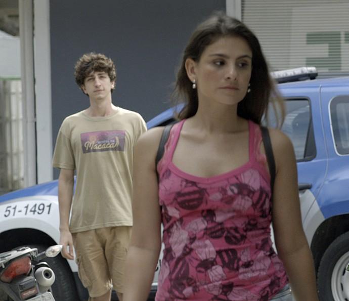 Cesário segue Rosa e constata que ela estava falando a verdade (Foto: TV Globo)