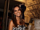 Mariana Rios escolhe vestido justinho para prestigiar evento