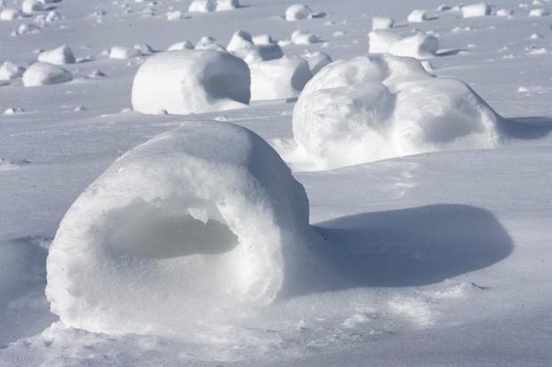 Rolinhos de neve são formados naturalmente com condições ideiais de temperatura, neve e vento (Foto: The Derric, Jerry Sowden/AP)